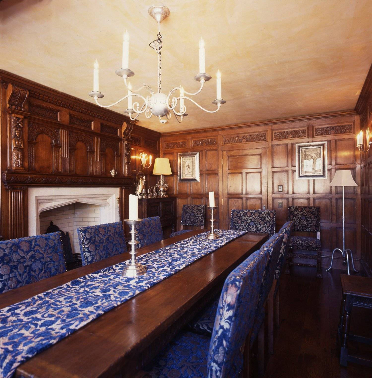 C16th style oak panelled Dining Room