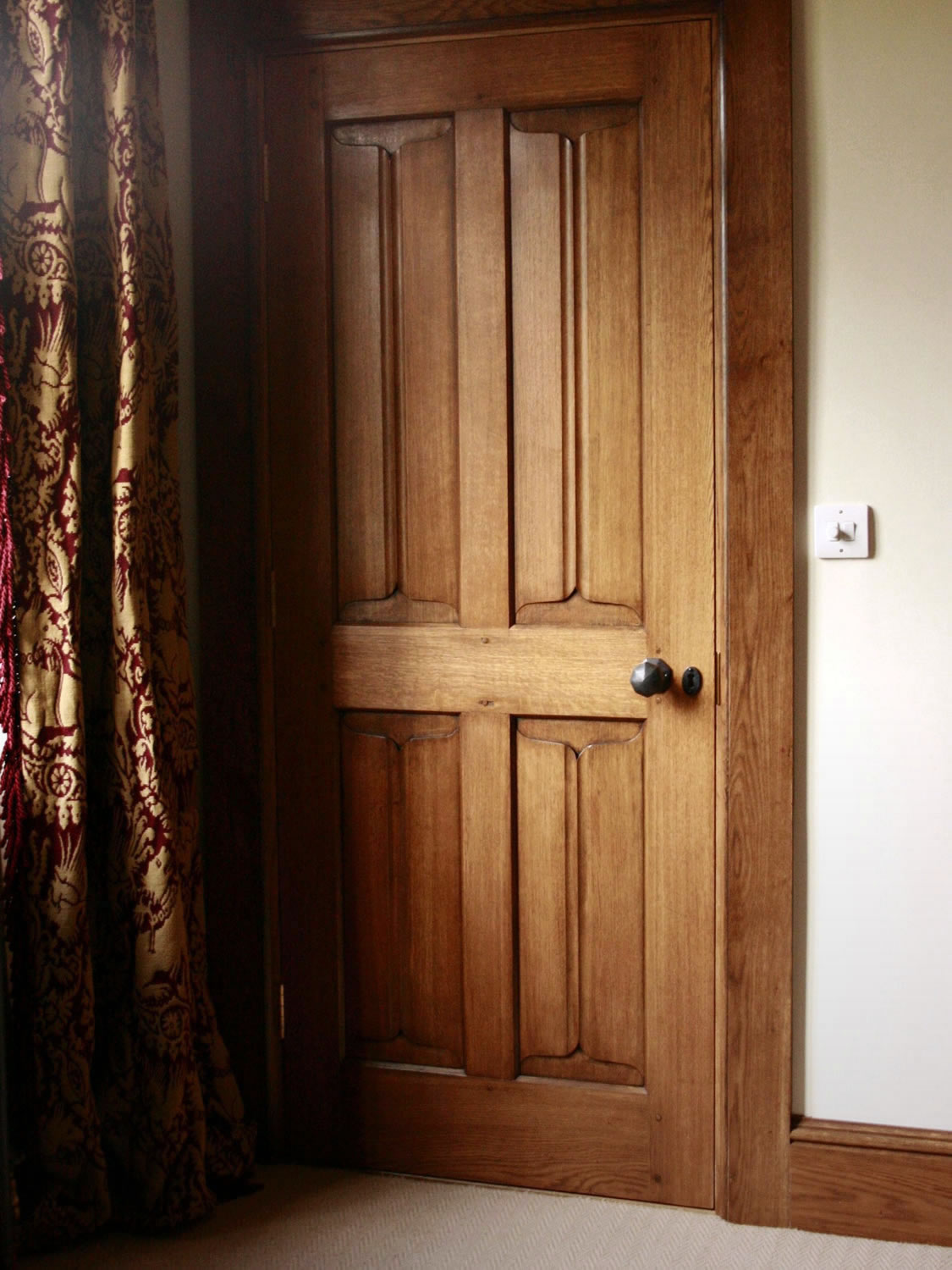 Internal oak door with hand-carved parchemin panels